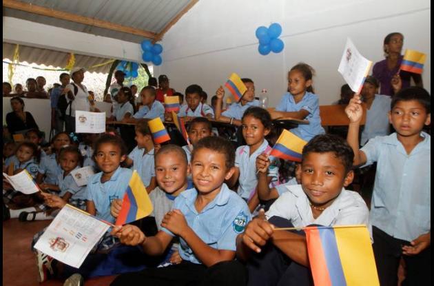 Los niños de Guamanga festejaron con banderas de Colombia el estreno de la nueva