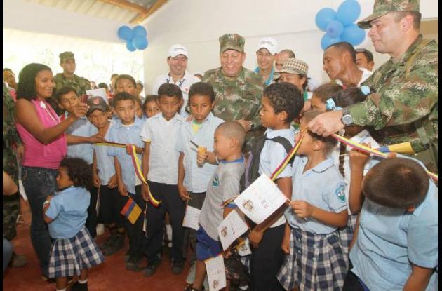 El vicealmirante César Narváez Arciniegas y los niños de la vereda Guamanga II,