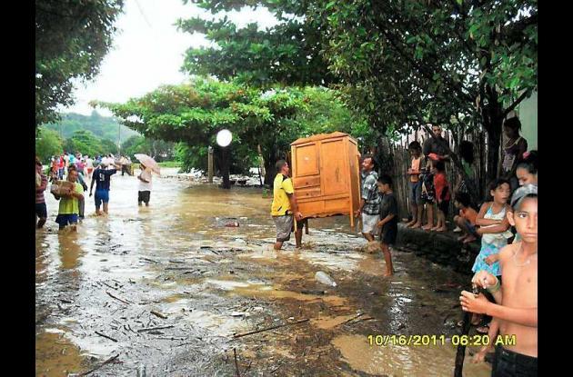El agua desbordada afectó a tres barrios y al corregimiento de La Enea.