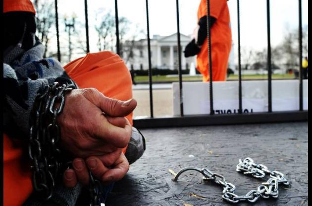 Protesta frente a la Casa Blanca por no cerrarse Guantánamo.