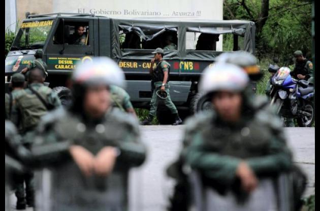 Soldados de la Guardia Nacional de Venezuela hacen guardia a las afueras de la c