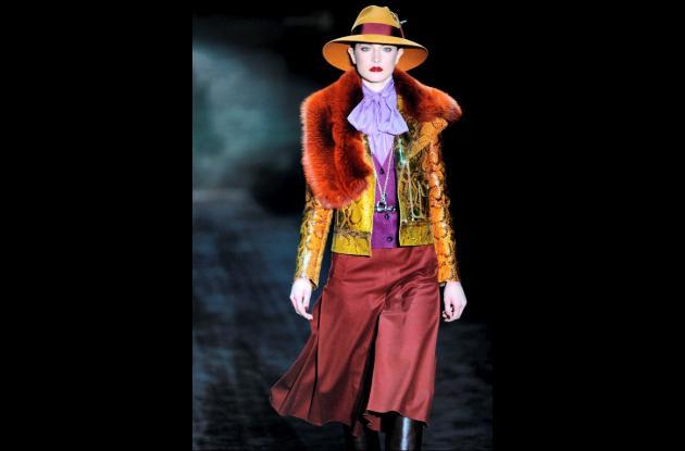 Una modelo muestra una prenda de la colección de Gucci Otoño-Invierno 2011-2012.