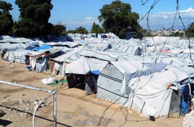 Una ciudad llena de tienda de acampar se ve en 10 de enero 2012, cerca de Port-a