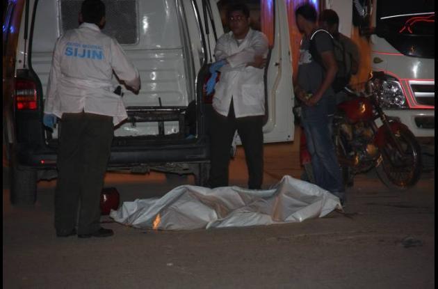 Momentos en que uniformados de la Policía practican el levantamiento del cadáver