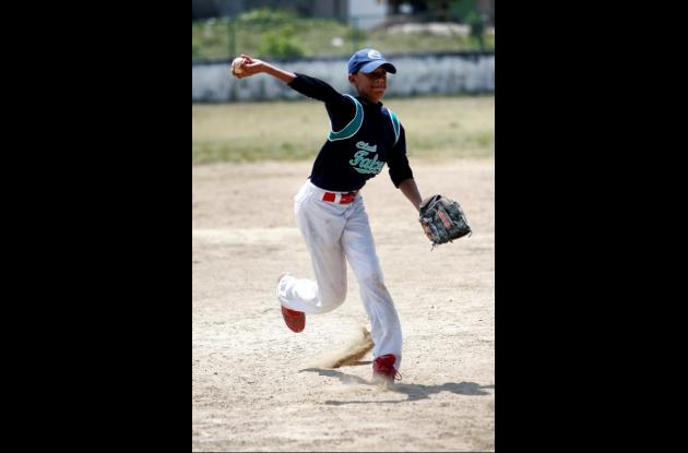 Heinner Moreno lanza a la derecha