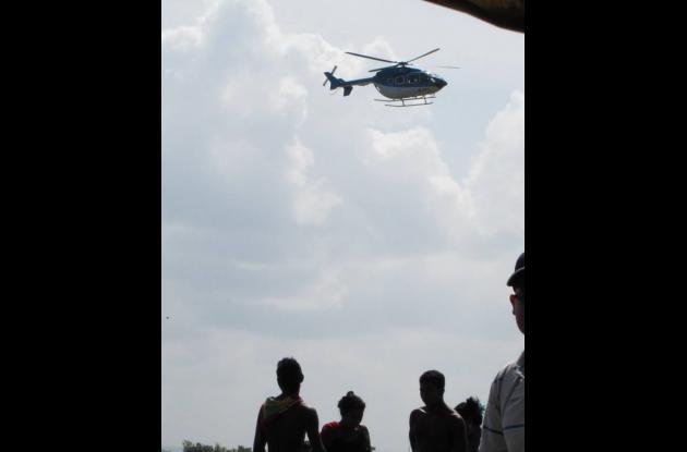 Un helicóptero azul, sin emblemas, sobrevoló ayer la parcela del campesino, lo q