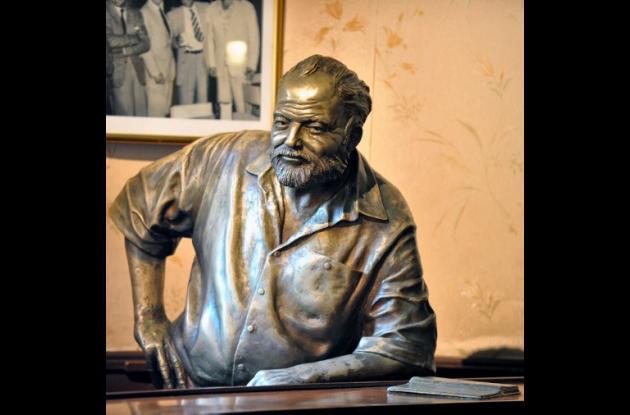 Apoyado en la barra, un Hemingway de bronce inmortaliza en El Floridita al asidu