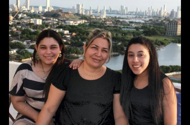 Mary Luz Alonso y sus hijas Eykol y Nayalive Arroyo Alonso .