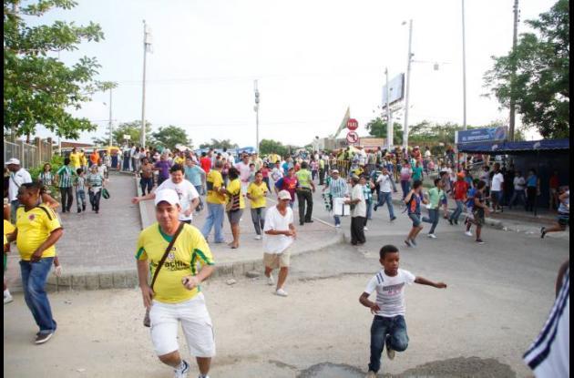 Las personas huían de los disturbios que se generaron alrededor del estadio Jaim