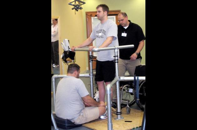 Un estimulador eléctrico hizo recuperar la movilidad a un hombre.