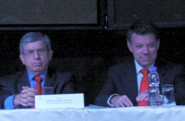 Santos y Gaviria defienden la Ley 100 o de seguridad social.