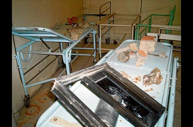 Una turba enfurecida arremetió contra el hospital lanzando piedras y causando de