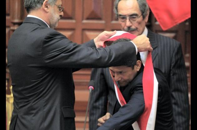 Ollanta Humala con la banda presidencial de Perú.