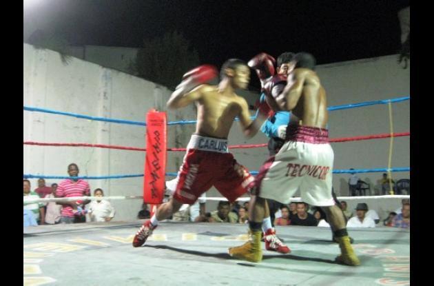 Carl Luis Díaz, (pantaloneta roja) venció a Gustavo Gardel del Atlántico