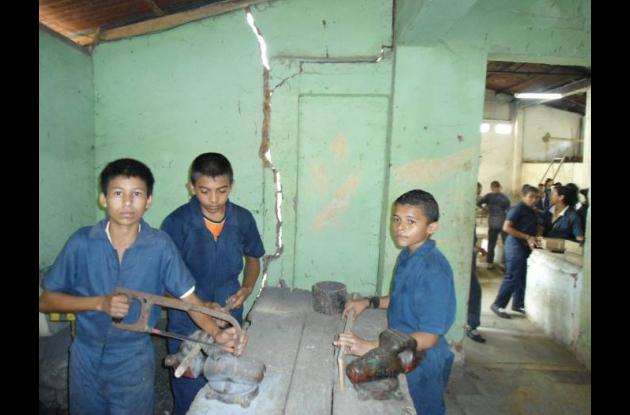 Las paredes del taller donde los estudiantes hacen sus prácticas, están rajadas