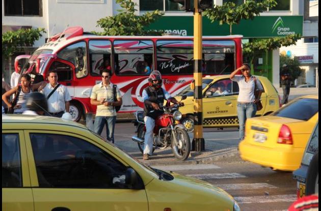 La gente está acostumbrada a compartir los espacios peatonales con las motos.
