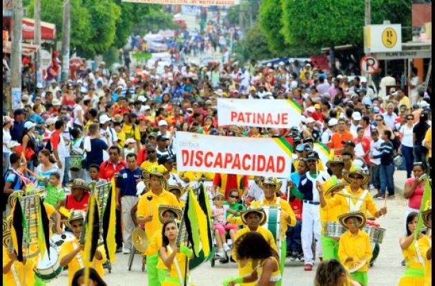 Más de 2 mil deportistas se hicieron presentes en el desfile.
