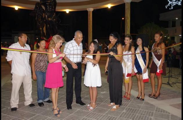 El alcalde Miguel Arnedo Lozano y la secretaria de Educación, Bertha Del Río, in