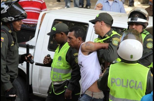 Hombre intenta suicidarse frente a las ependencias judiciales de Barranquilla.