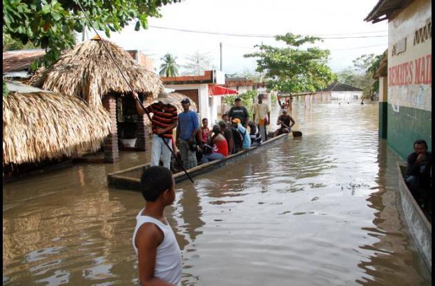 Arenal sigue bajo el agua, mientras las autoridades analizan soluciones para pro