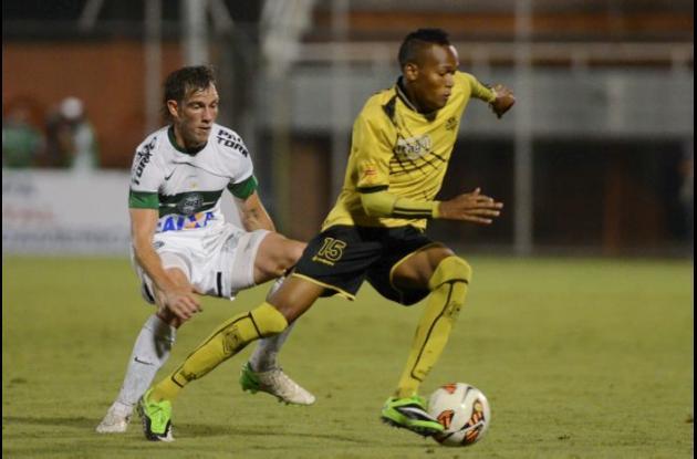 El jugador Raul Iberbia de Coritiba –izquierda- intenta quitarle el balón a Luis Quiñones de Itagüí.