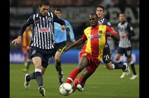 Yannick Ndjeng del Esperance regatea el balón con el defensor de José María Basa