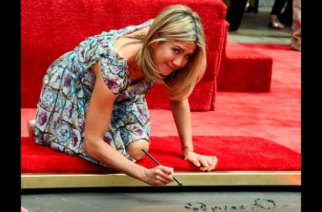 Jennifer Aniston imprimió pies y manos en el Paseo de la Fama de Hollywood