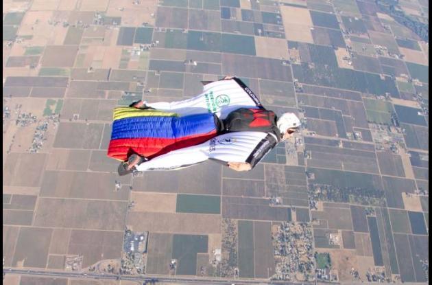 Jhonathan Florez  paracaidismo  vuelo con traje de alas