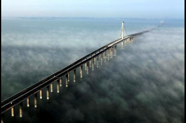 El puente Jiaozhou Bay tiene 42 kilómetros de longitud y conecta al puerto este