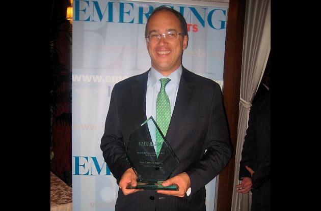 Juan Carlos Echeverry, ministro de Hacienda de Colombia, con el galardón otorgad