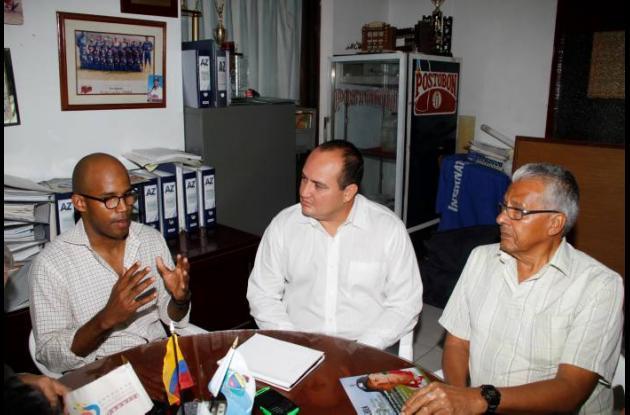 Juan De Jesús, izquierda, delegado de la MLB, Enrique Mangones y Simón Beleño