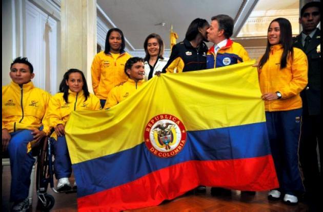 Santos entregó el pabellón nacional a la delegación de Colombia