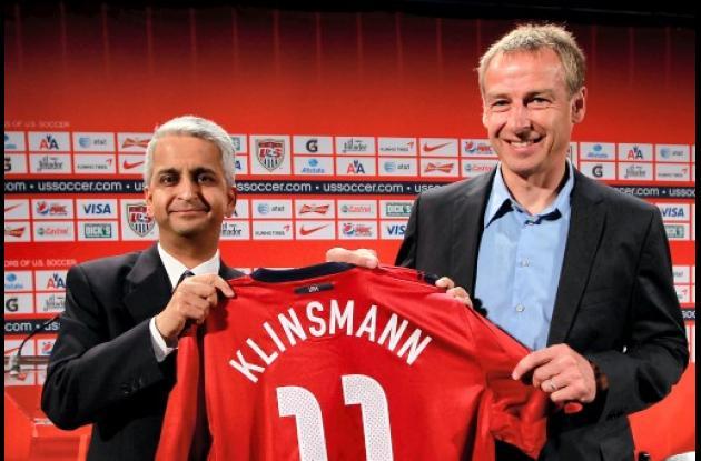 Juergen Klinsmann, izquierda, recibe la camiseta de Sunil Gulati