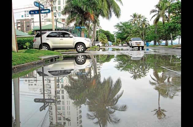 calle 5 de castillogrande, inundada