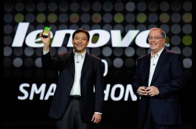 Liu Jun (izquierda) muestra el nuevo smartphone Lenovo junto al Presidente y CEO