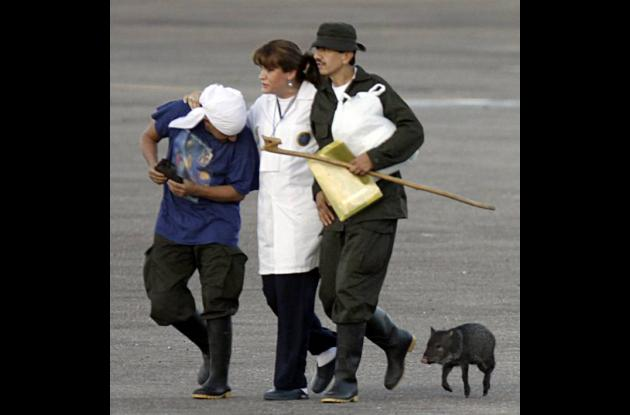 El sargento primero de la Policía José Libardo Forero Carrero le trajo un regalo
