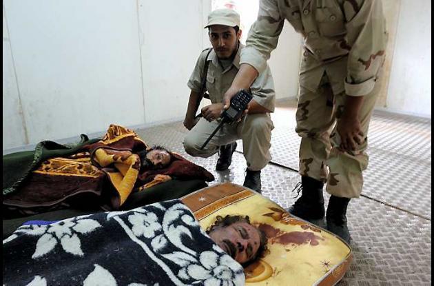 El cadáver de Gadafi es expuesto al público.