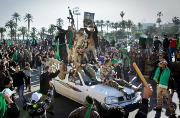 Soldados Pro-Gadafi y simpatizantes se reunieron en la Plaza Verde de Trípoli, L