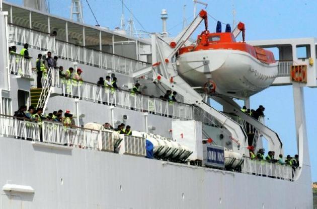 Migrantes de Libia saltan al mar en un intento por no ser devueltos a su país.