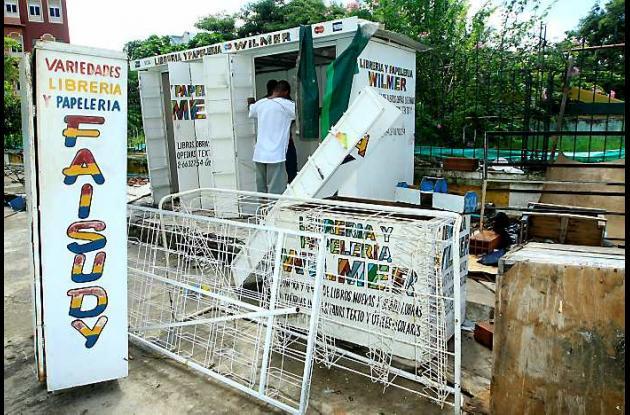 Retiro de libreros de afueras del Parque del Centenario