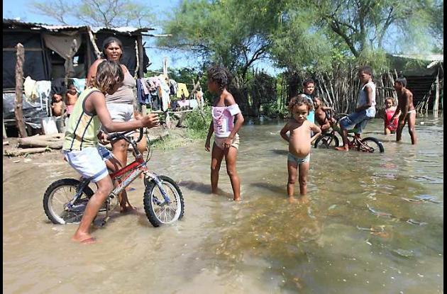 Los niños están expuestos a las aguas putrefactas de la ciénaga.
