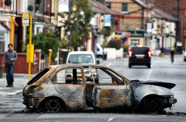 Grupos de jóvenes arrasaron el centro de Manchester donde incendiaron y pillaron
