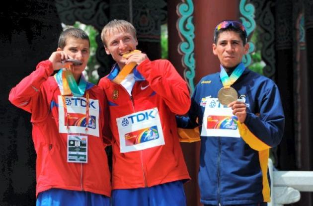 Luis Fernando López le entregó medalla Colombia en un Mundial de Atletismo