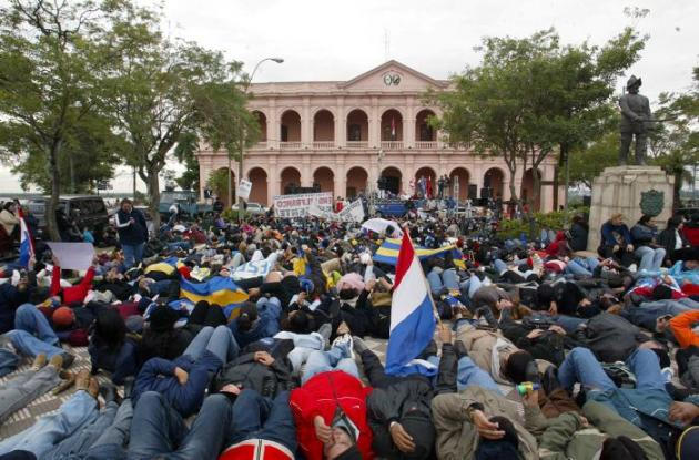 A docentes paraguayos les reducen la mitad del salario por participar en paro.