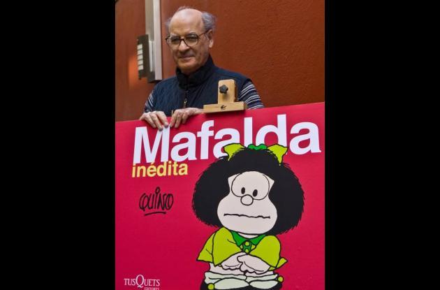 El argentino Joaquín Lavado 'Quino posa junto a un poster de Mafalda.