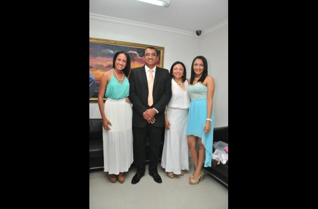 Con su esposa e hijas: Allison Andrea, Mellisa Giselle e Ingrid Palmera Ahumada.