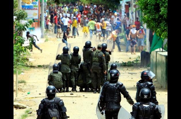 Enfrentamientos entre algunos de los manifestantes y policías del Escuadrón Móvi