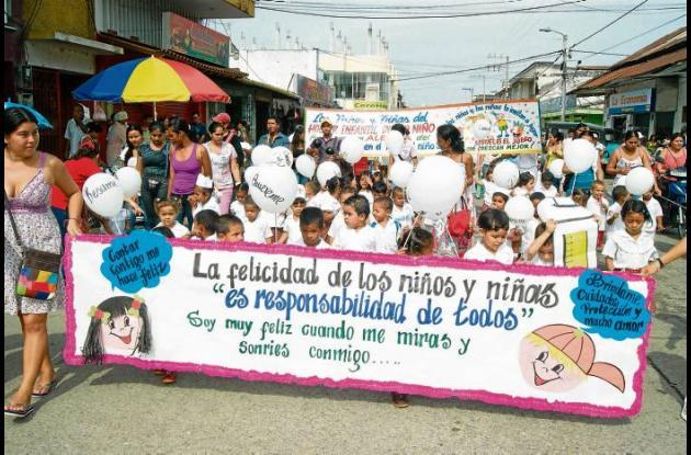 Niños vacunan contra la violencia y el maltrato infantil.