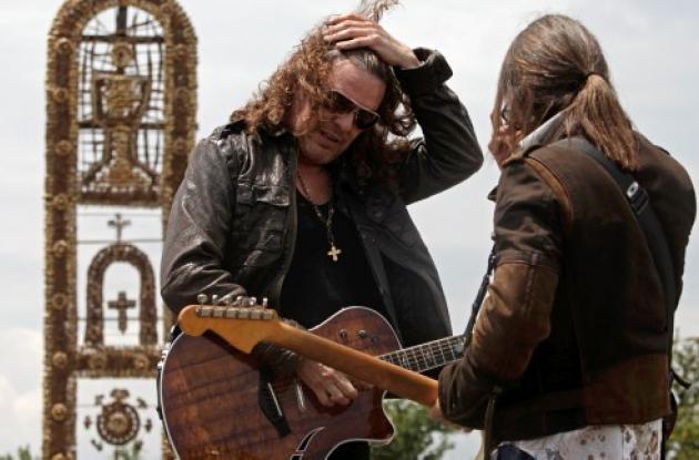 Fher Olvera (Izq.) y el guitarrista Sergio Vallin del grupo mexicano.