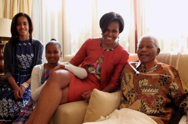 A la derecha, Nelson Mandela junto a MIchelle Obama e hijas.